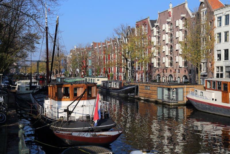 Kanal i höst i Amsterdam, Holland royaltyfria bilder