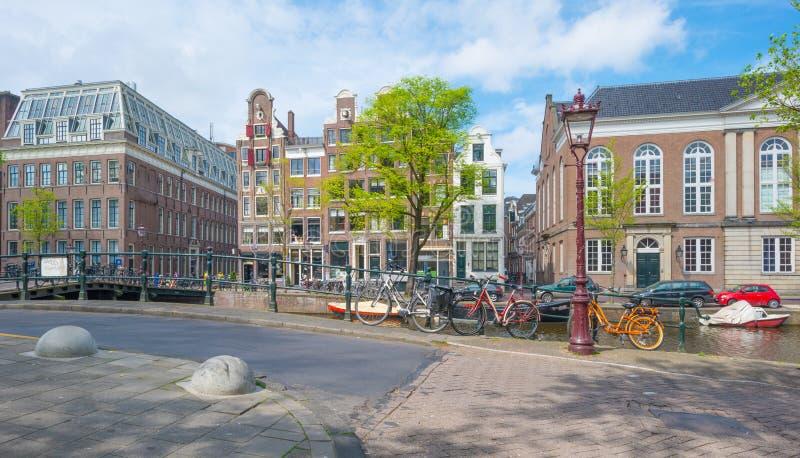 Kanal i staden av Amsterdam i vår royaltyfri foto
