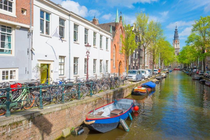 Kanal i staden av Amsterdam i vår arkivbild