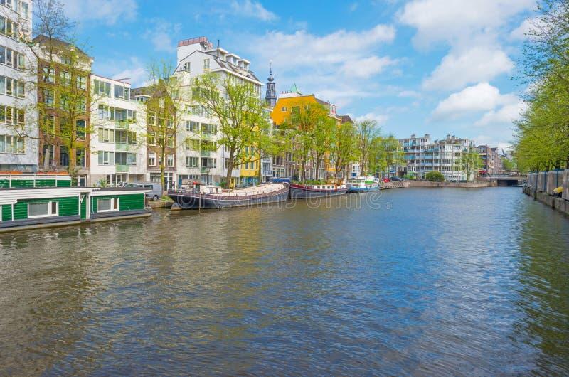 Kanal i staden av Amsterdam i vår arkivbilder