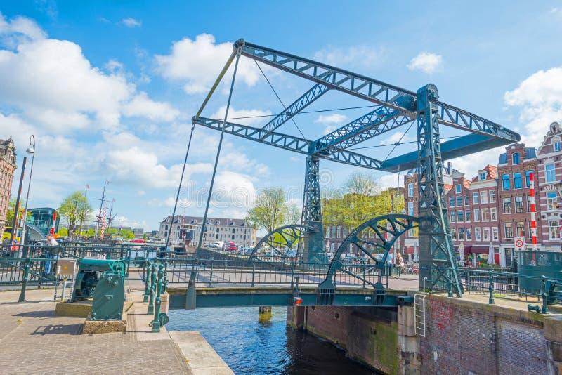 Kanal i staden av Amsterdam i vår arkivfoton