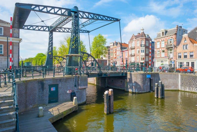 Kanal i staden av Amsterdam i vår arkivfoto