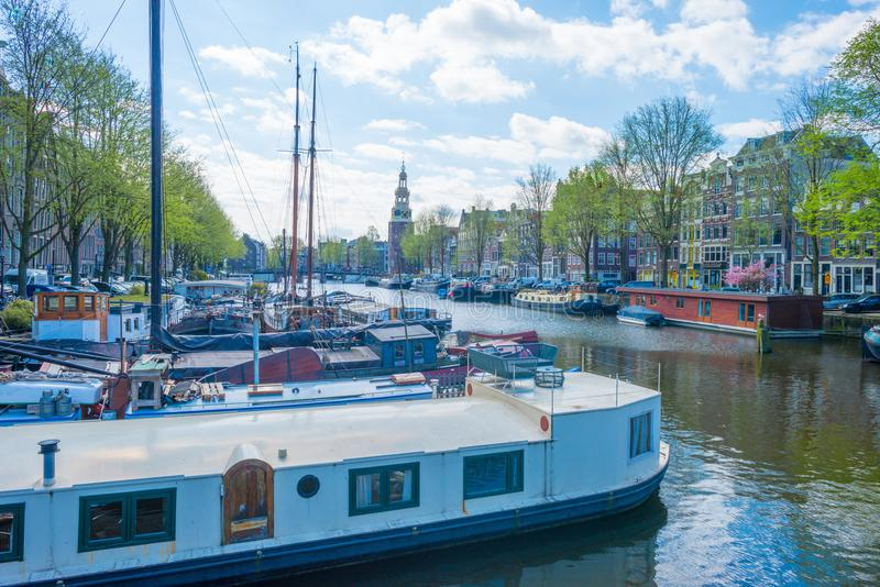 Kanal i staden av Amsterdam i vår royaltyfri fotografi