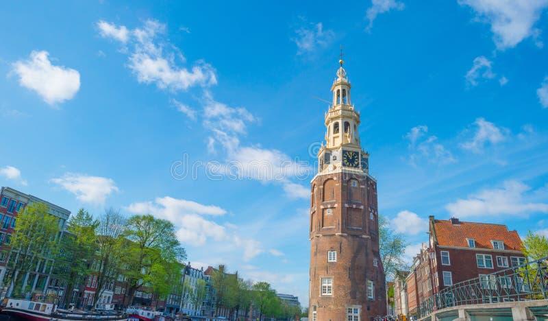 Kanal i staden av Amsterdam i vår fotografering för bildbyråer