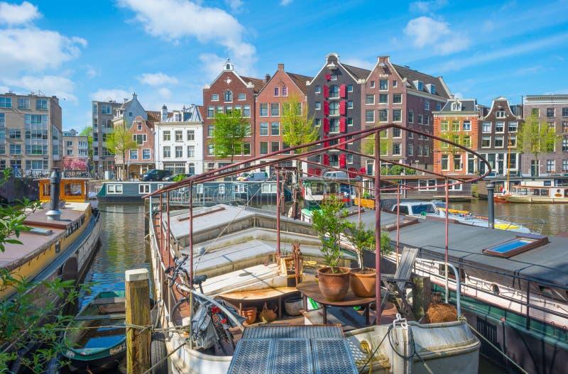 Kanal i staden av Amsterdam i vår royaltyfria foton