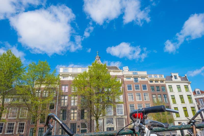 Kanal i staden av Amsterdam i vår royaltyfri bild