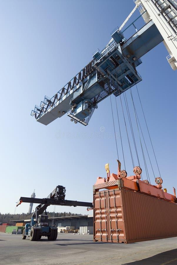Kanal-Kran, der Behälter zum Erwarten von LKW senkt lizenzfreie stockfotos