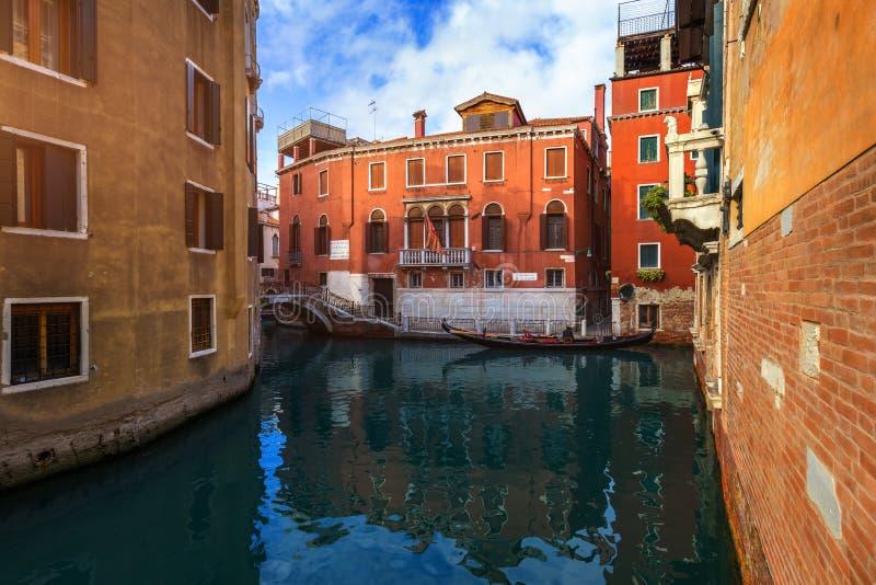 Kanal med gondoler i Venedig, Italien Arkitektur och gr?nsm?rken av Venedig Venedig vykort med Venedig gondoler royaltyfria foton