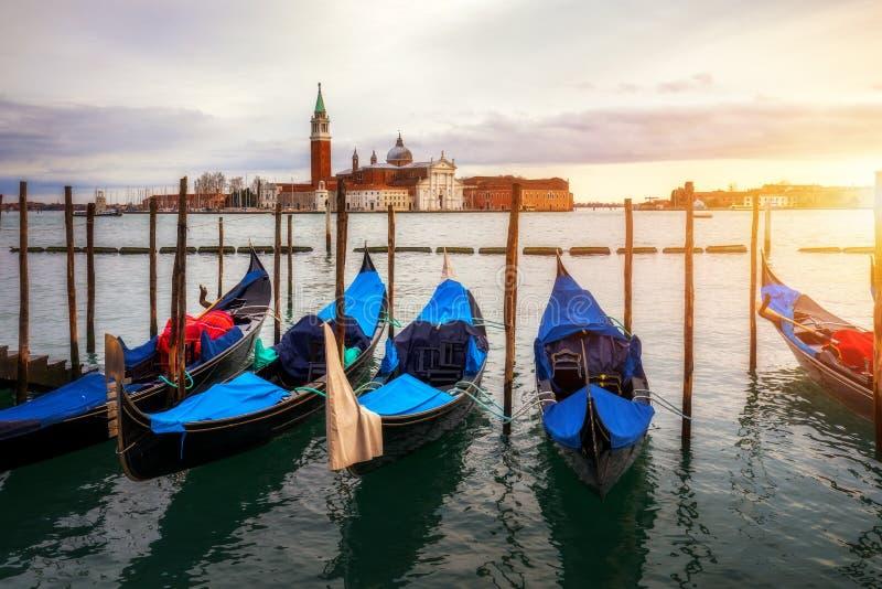Kanal med gondoler i Venedig, Italien Arkitektur och gr?nsm?rken av Venedig Venedig vykort med Venedig gondoler royaltyfri foto