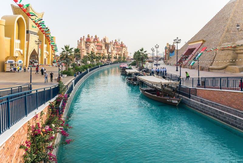 Kanal med nöjefartyg i parkeraunderhållningmitten Globa arkivbild