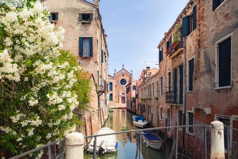 Kanal mit Kirche Madonna dell`Orto in Cannaregio, Venedig, Italien lizenzfreie stockfotografie