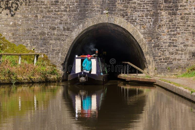 Kanal Narrowboat som lämnar en tunnel arkivbild