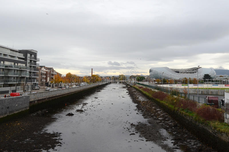 Kanal och Aviva Stadium i Dublin, Irland arkivbilder