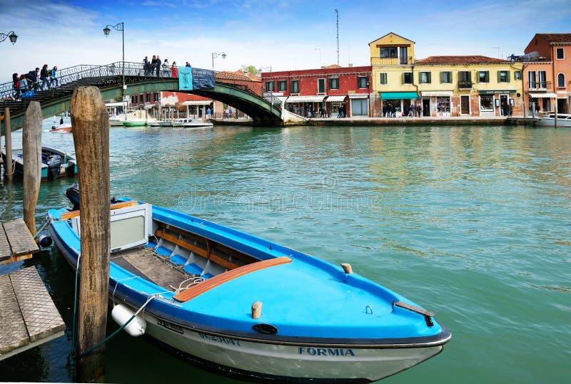 Kanal och bro i ön av Murano, Venedig, Italien arkivfoton