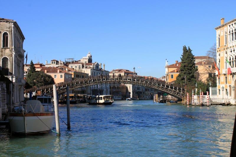Kanal och bro Venedig Italien royaltyfria bilder