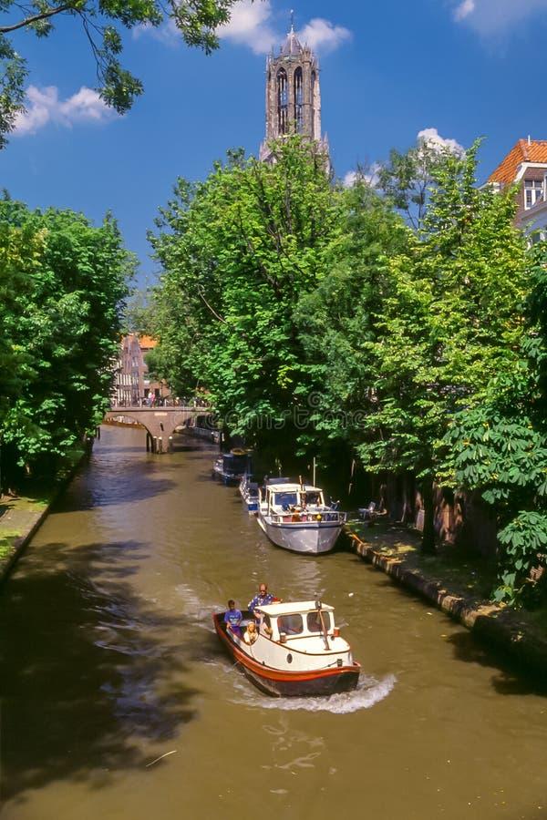 Kanal och Dom Tower i Utrecht, Holland arkivbilder