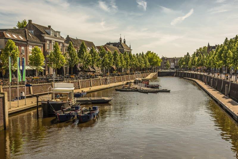 Kanal och fartyg i mitten av staden av breda Nederländerna royaltyfria foton