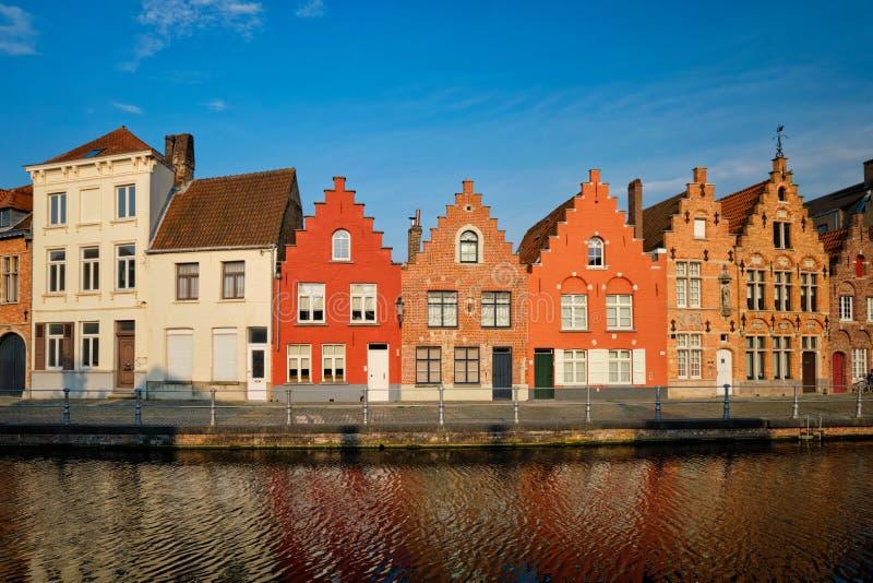 Kanal och gamla hus Bruges Brugge, Belgien arkivfoton