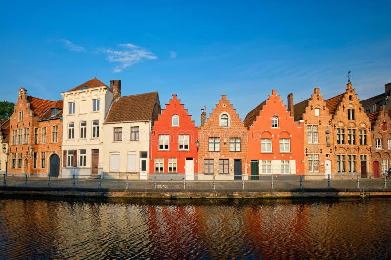 Kanal och gamla hus Bruges Brugge, Belgien arkivbilder