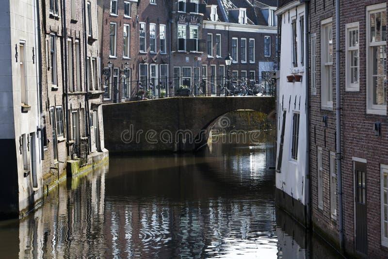 Kanal och historiska hus i Nederländerna royaltyfria foton