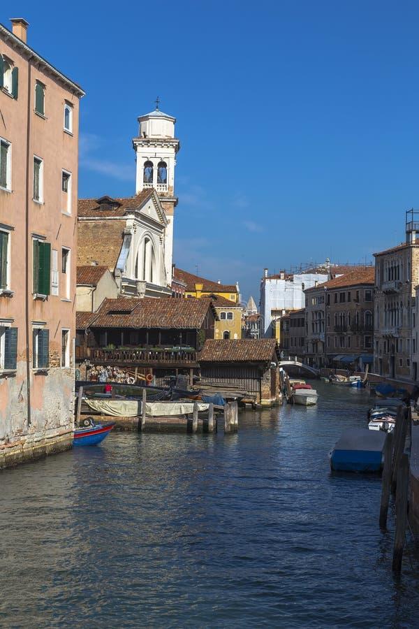 Kanal och kyrkan av San Trovaso i Dorsaduro royaltyfria foton