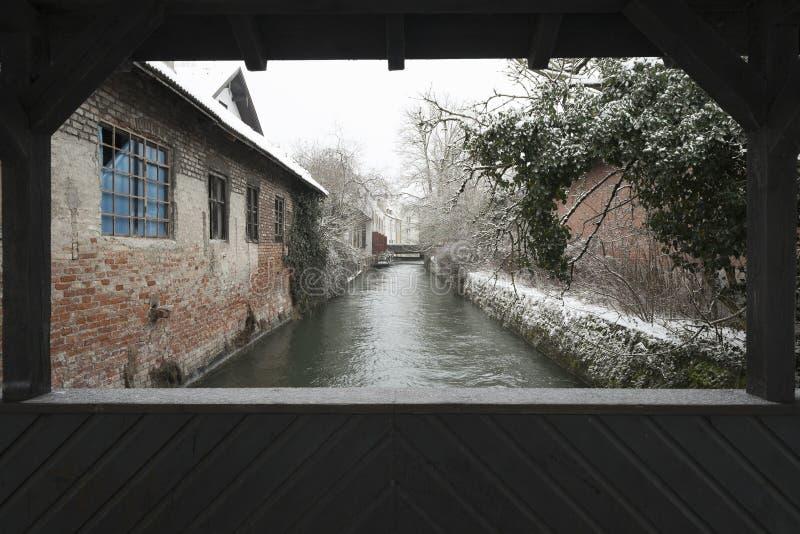Kanal och träbro i Landsberg på floden Lech i vinter royaltyfria bilder
