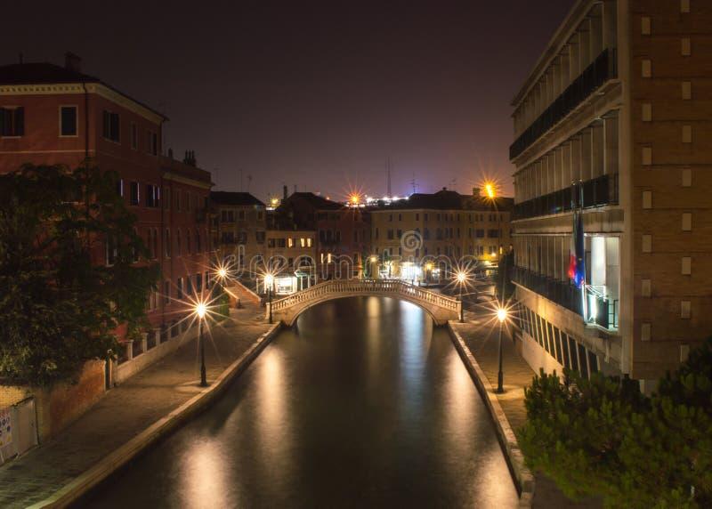 Kanal på natten arkivbild