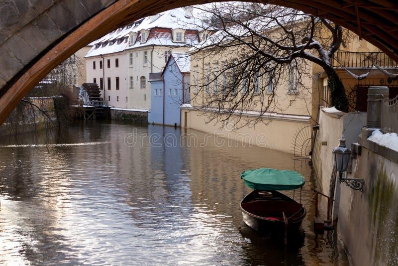Kanal in Prag mit Boot und einem watermill stockfoto