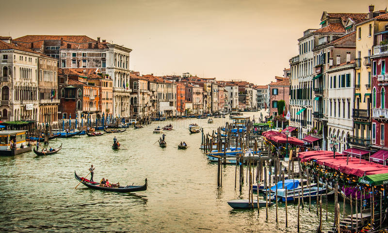 Kanal som är stor från den berömda Rialto bron på solnedgången, Venedig, Italien royaltyfri fotografi