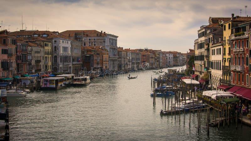 Kanal som är stor från den Rialto bron fotografering för bildbyråer