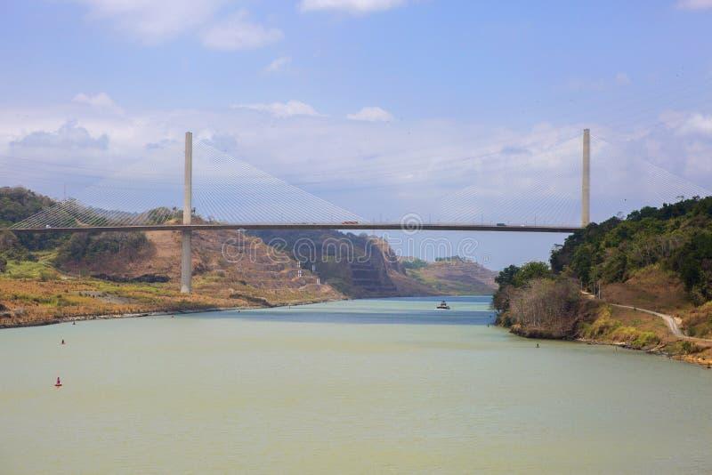 kanal som går ut från den panama shipen Hundraårs- bro royaltyfri fotografi