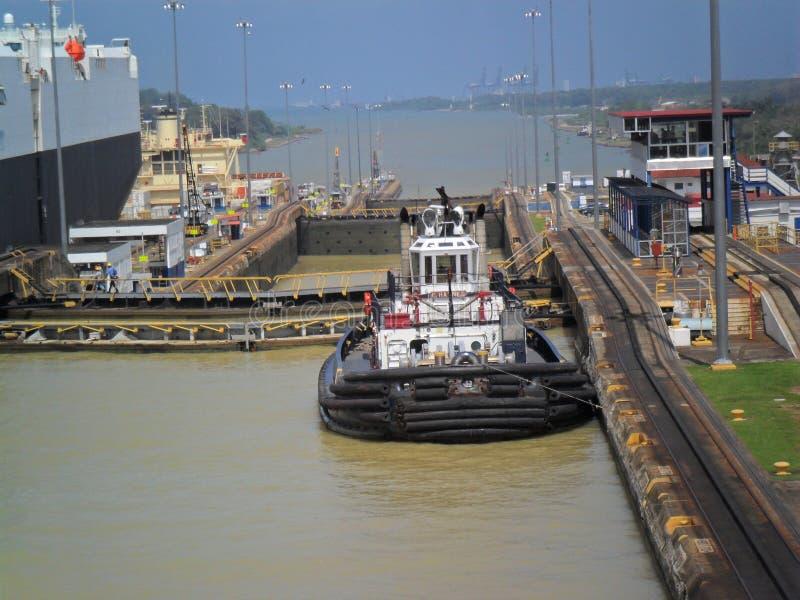 kanal som g?r ut fr?n den panama shipen fotografering för bildbyråer