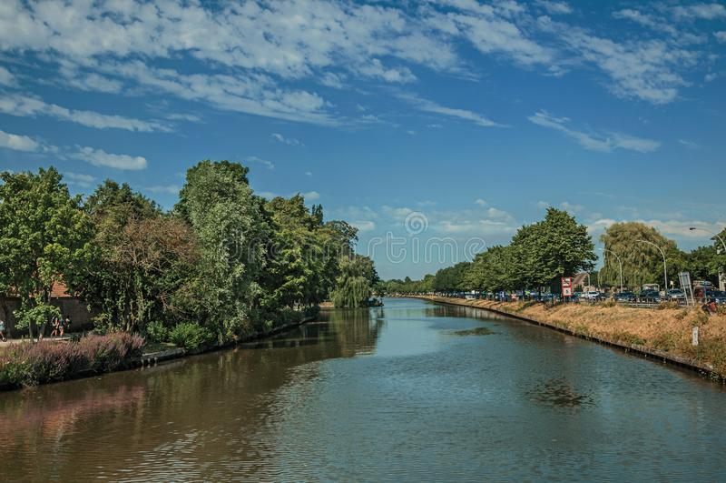 Kanal som omger centret av Bruges arkivfoton