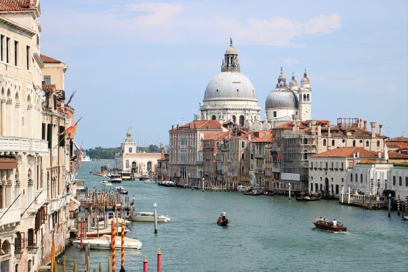 Kanal stor och Santa Maria della Salute kyrka i Venedig, Italien royaltyfri fotografi