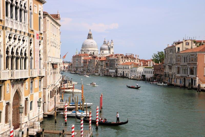 Kanal stor och Santa Maria della Salute kyrka i Venedig, Italien royaltyfri bild