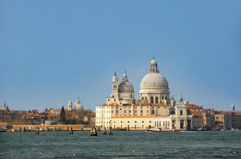 Kanal stora och basilikadi Santa Maria della Salute, Venedig arkivbild