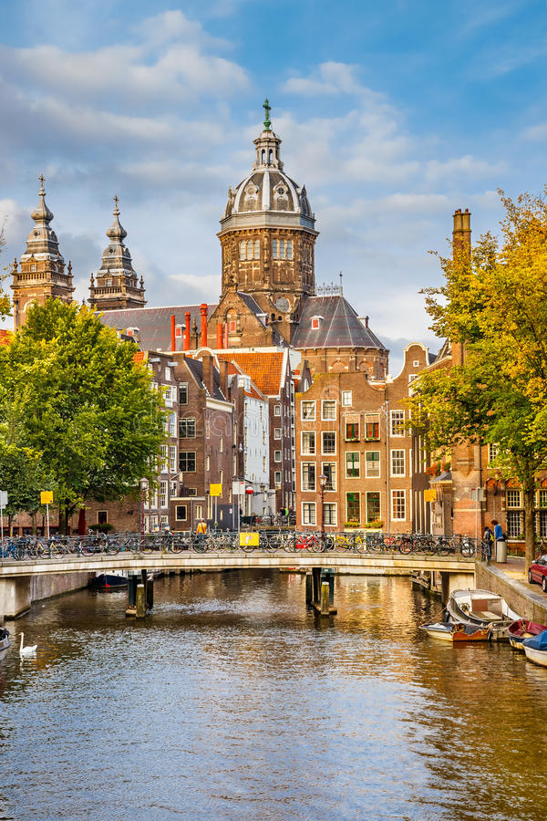 Kanal-und Str.-Nicolas Kirche in Amsterdam stockfoto