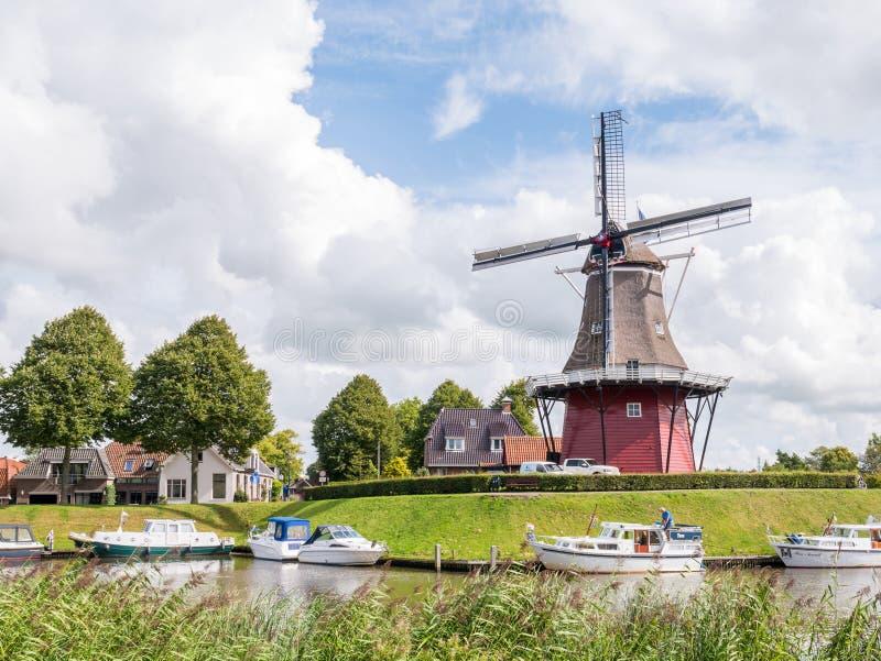 Kanal und Windmühle auf Verstärkungen der verstärkten Stadt von Dokkum stockbilder