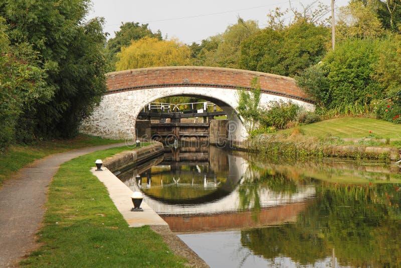 Kanal-Verriegelung und Brücke in England lizenzfreies stockfoto