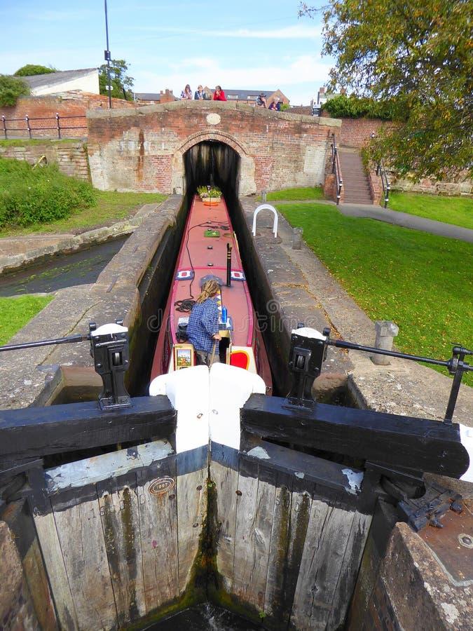 Kanalboot im Verschluss vor Brücke stockfotos