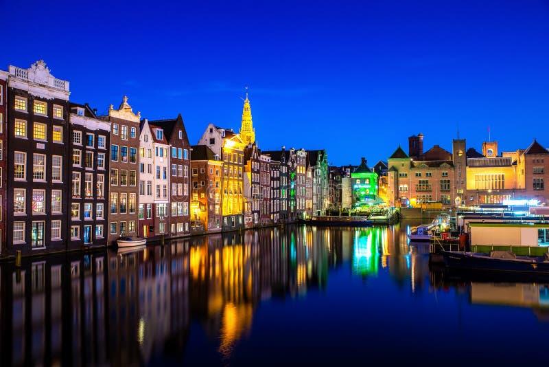 Kanalen en traditiehuis in Amsterdam bij nacht Amsterdam is de hoofd en meest dichtbevolkte stad van Nederland stock foto