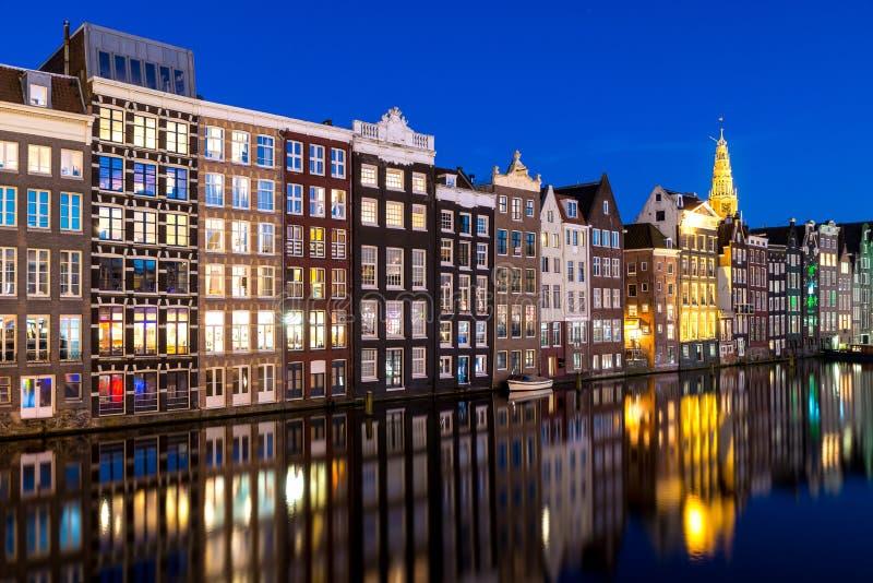 Kanalen en traditiehuis in Amsterdam bij nacht Amsterdam is t royalty-vrije stock afbeelding