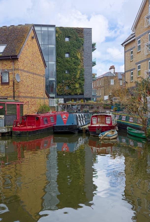 Kanalen rusar att förtöja kanaltusen dollarunion Urban arkivfoton