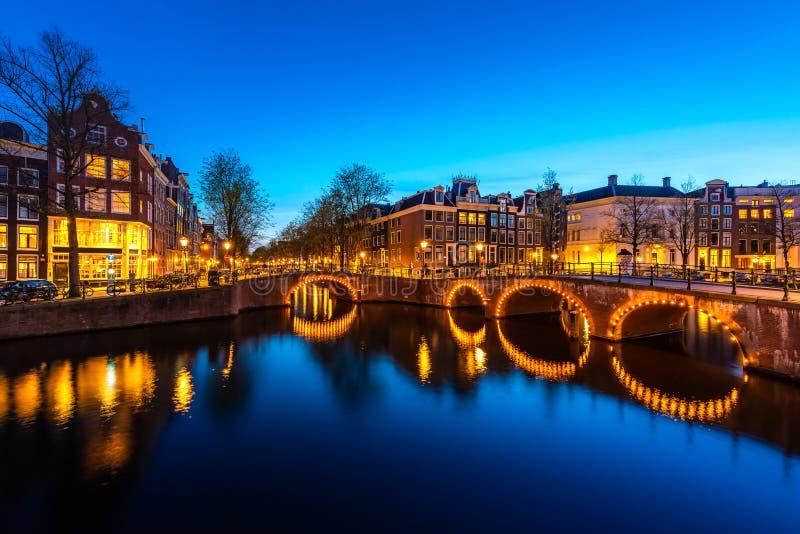 Kanalen van Amsterdam bij nacht Amsterdam is de hoofd en meest dichtbevolkte stad van Nederland royalty-vrije stock afbeeldingen