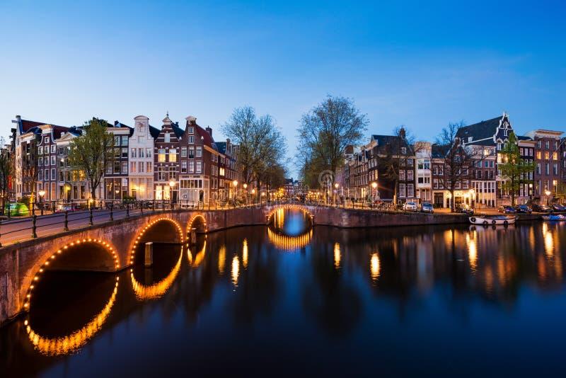 Kanalen van Amsterdam bij nacht Amsterdam is het kapitaal en de meesten stock afbeelding