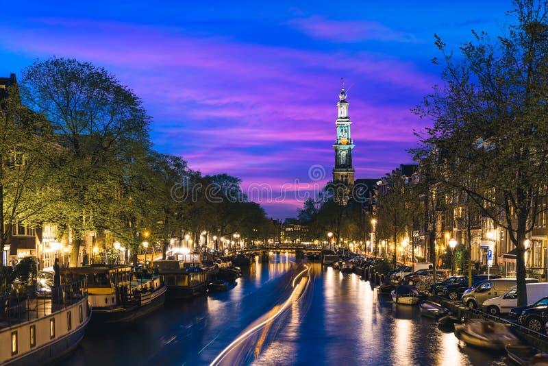 Kanalen van Amsterdam bij nacht in Nederland Amsterdam is ca stock afbeeldingen
