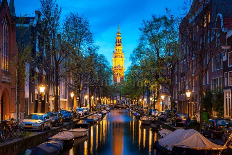 Kanalen van Amsterdam bij nacht in Nederland Amsterdam is de hoofd en meest dichtbevolkte stad van Nederland royalty-vrije stock afbeeldingen