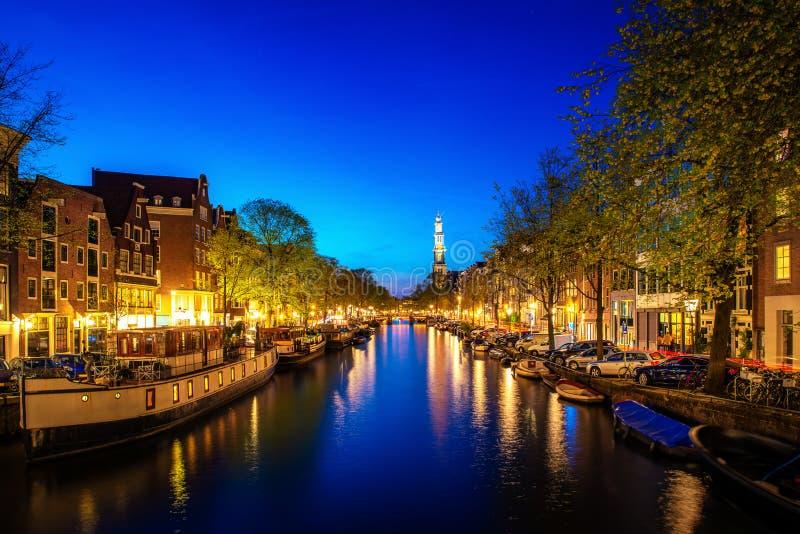 Kanalen van Amsterdam bij nacht in Nederland Amsterdam is de hoofd en meest dichtbevolkte stad van Nederland royalty-vrije stock foto
