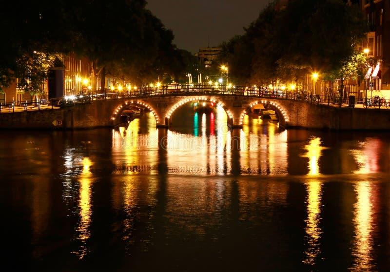 Kanalen van 's nachts Amsterdam stock foto's