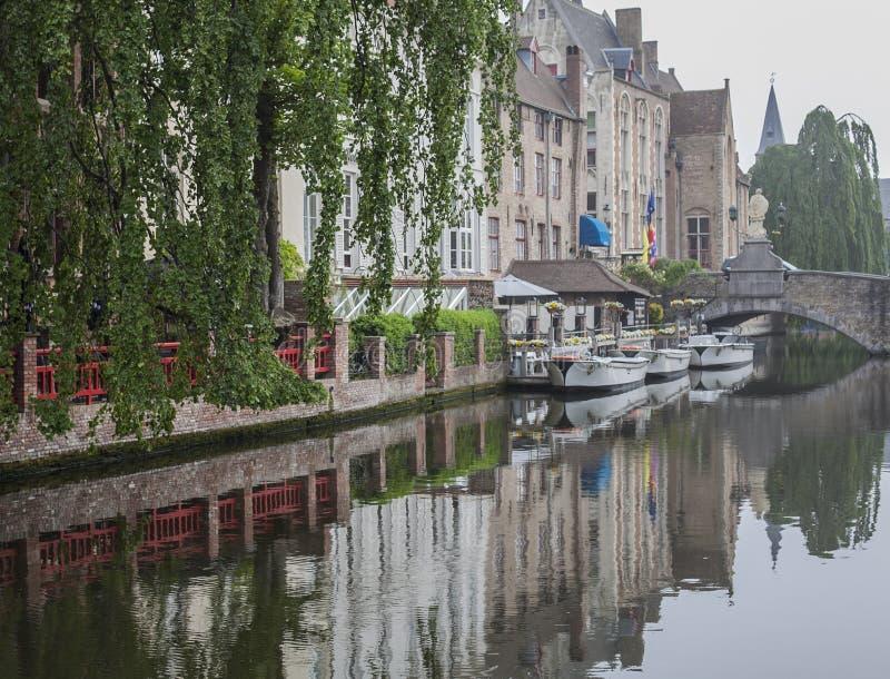 Kanaler av Bruges, Belgien, Europa - reflexion royaltyfria foton